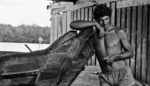Homem e canoa 1984